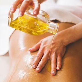 Un cocktail d'huiles essentielles en massage