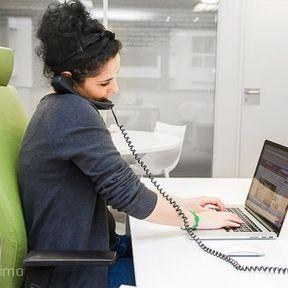 Le téléphone entre l'épaule et l'oreille