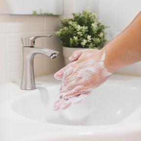 Ne pas se laver les mains avant de mettre le masque