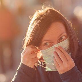 Se toucher le visage quand on porte un masque