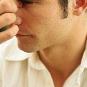 Il se carresse l'arrête du nez : décodage
