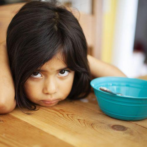 Votre enfant boude devant son assiette ? Le forcer pourrait s'avérer contre-productif
