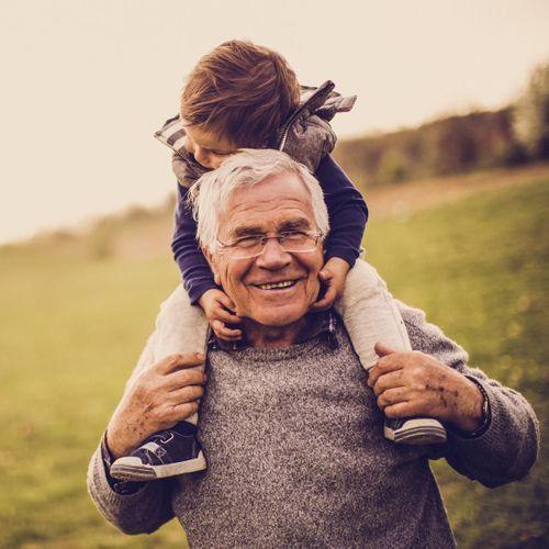 Les grands-parents se sentent moins seuls s'ils s'occupent de leurs petits-enfants